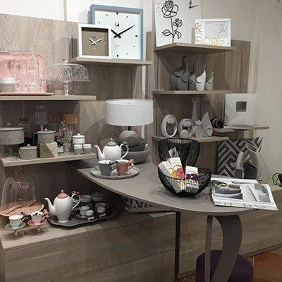 oggetti per la casa di colore rosa,grigio e bianco