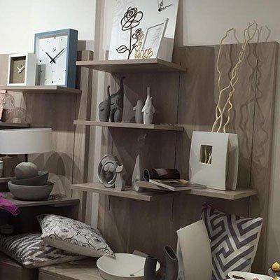 I cuscini, orologi, cornici per fotografie, vasi….tutto di disegno