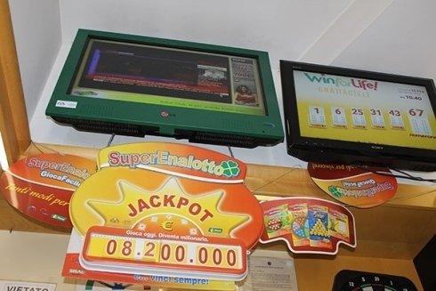 La Tabaccheria Gianni Bastelli cura la vendita di schedine dei marchi Lotto e Superenalotto.