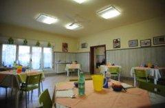 sala per il pranzo con tavoli apparecchiati