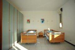 camera con due letti singoli in legno
