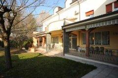 villa con porticato e giardino