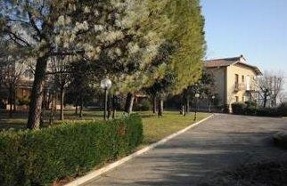 vialetto in giardino con casa sullo sfondo