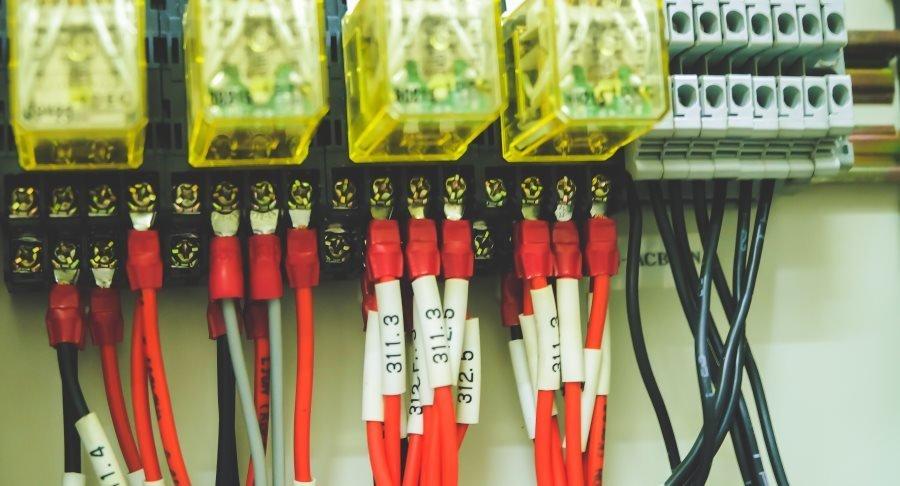 cavi elettrici rossi