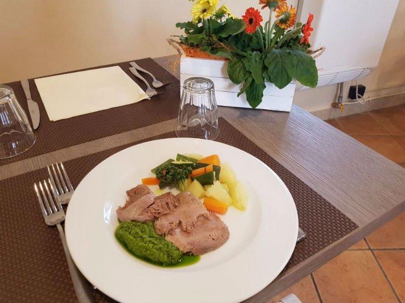Piatto di carne con verdure