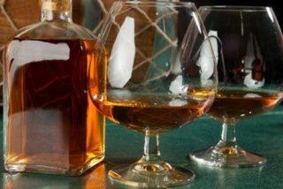 Bottiglia e calice di liquore