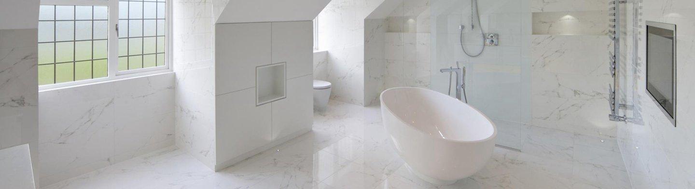 bagno con rivestimento in marmo