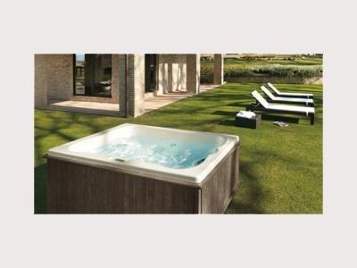 vasca jacuzzi in giardino