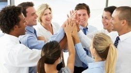 gruppo di ragazzi che esulta, interno di un ufficio, avvio nuova azienda