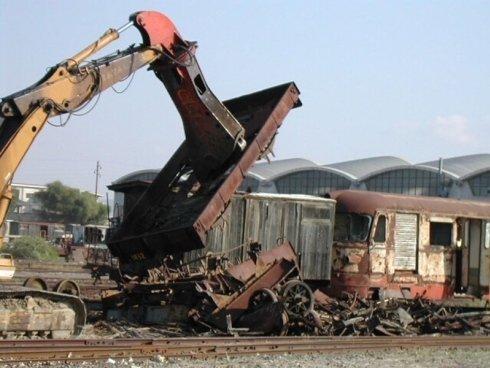 demolizione vecchio treno