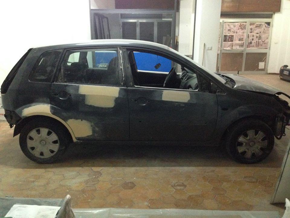 vista laterale di un auto da riparare
