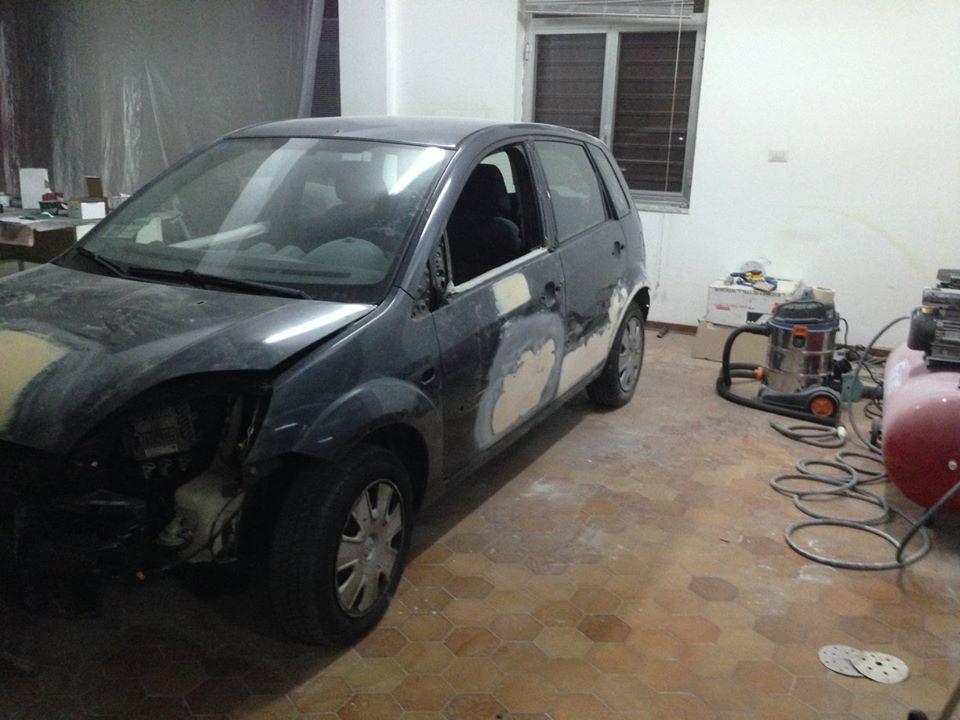 officina con auto da riparare