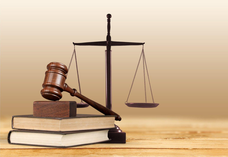 bilancia della giustizia, martello di giustizia e libri di legge
