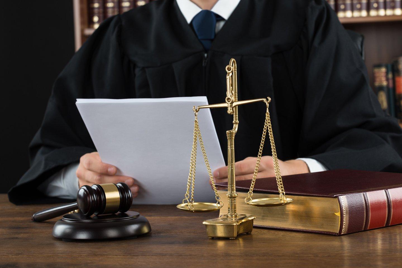 giudice con martello e bilancia della giustizia
