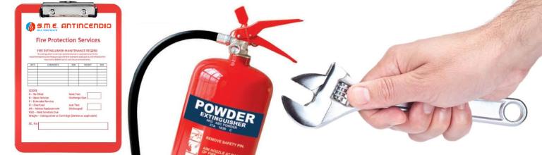 una mano con una chiave e accanto un estintore  con scritto Powder Extinguisher