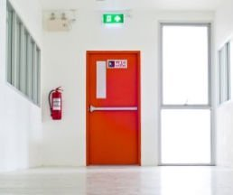 una porta di un'uscita d'emergenza di color rosso