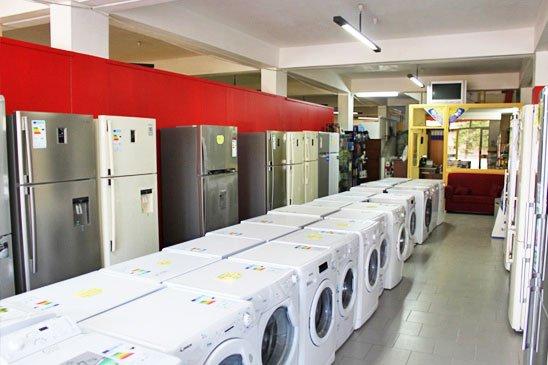 esposizione di lavatrici e frigoriferi nel negozio