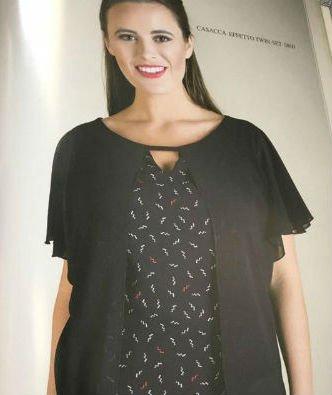 una donna con una camicia nera