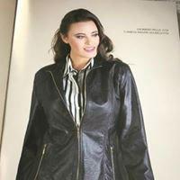una donna con una giacca di pelle nera