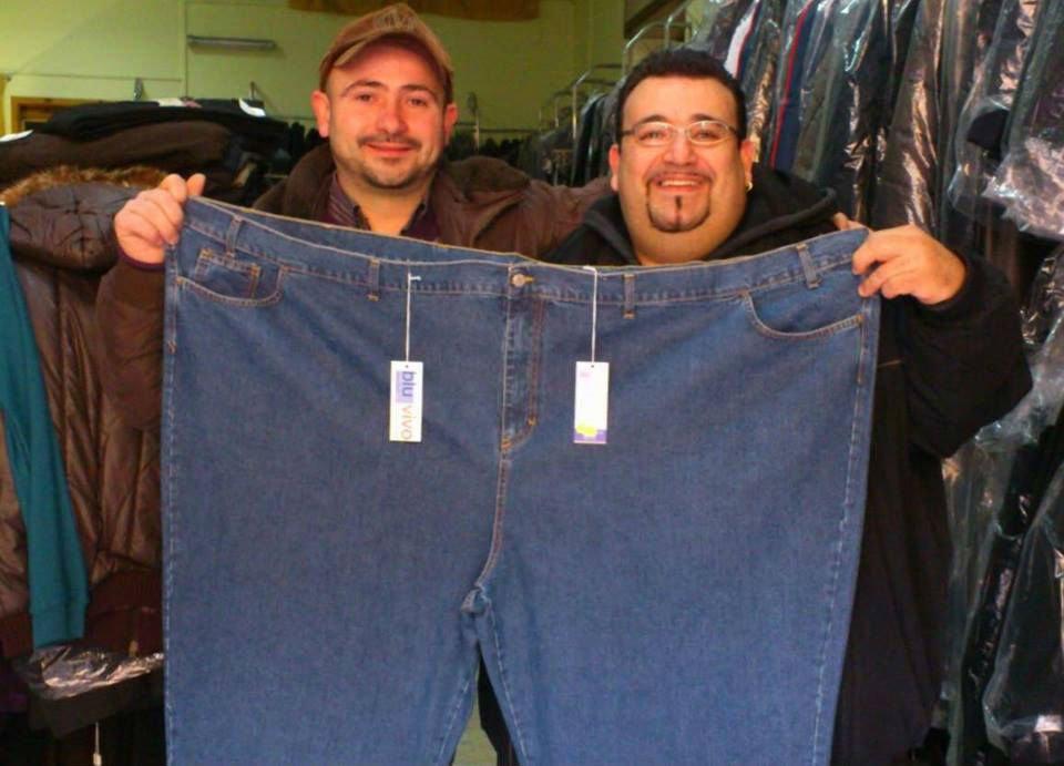 due uomini che tengono in mano un paio di jeans taglia forte
