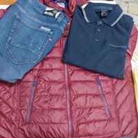 un piumino di color rosso, un paio di jeans e una maglietta