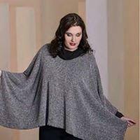 una donna con una mantella di color grigio