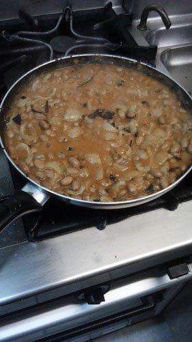padella di minestra con legumi