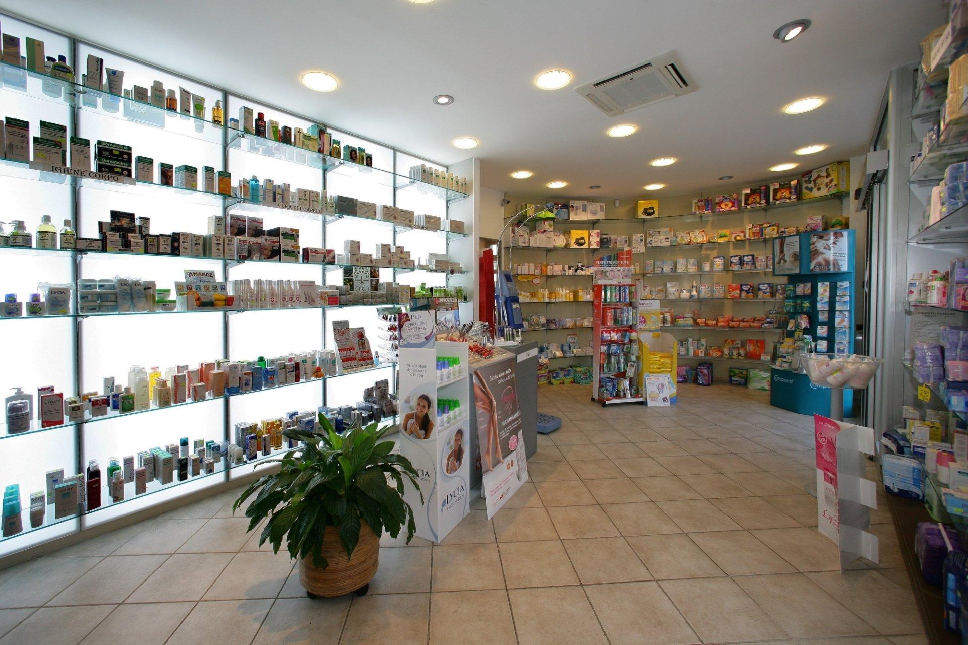 Arredo farmacie e parafarmacie genova abac arredamenti for Arredamenti per parafarmacie
