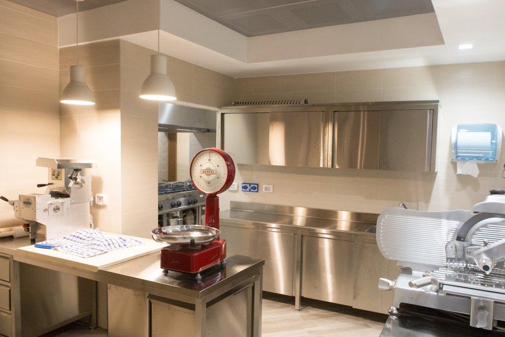 Realizzazione locali laboratori genova abac arredamenti for Arredamento cucine professionali