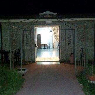 sentiero che porta a una entrata della casa di cura
