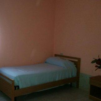 letto singolo vicino a un muro  della casa di cura