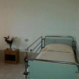 vista frontale letto con le sponde  della casa di cura