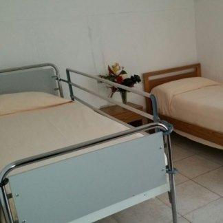 un letto singolo e un letto con le sponde  della casa di cura