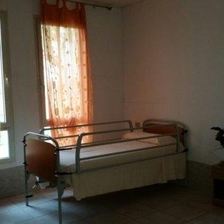 vista laterale letto con le sponde  della casa di cura
