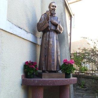 statua di padre pio all'esterno  della casa di cura