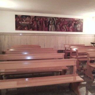 vista frontale panche di una chiesa  della casa di cura