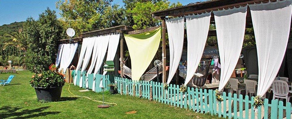 uno steccato colore azzurro e delle tende bianche