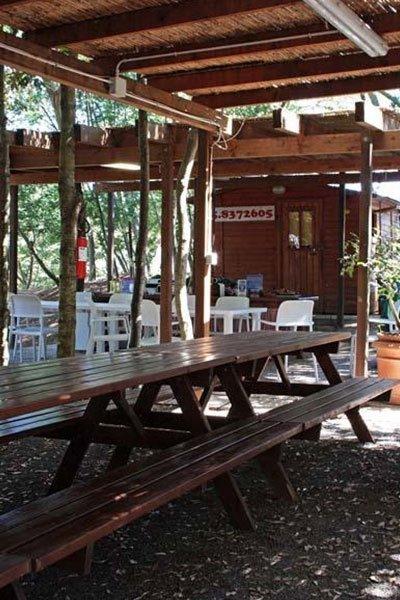 un tavolo e  una panca in legno