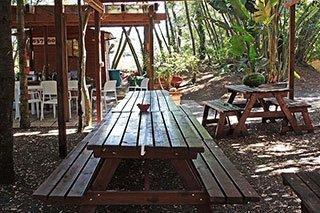 due panche in legno e un tavolo