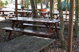 dei tavoli e delle panche
