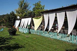 uno steccato e delle tende bianche attaccate a una copertura