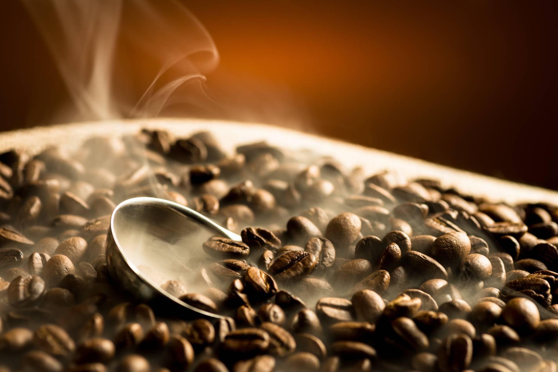 un sacco in iuta con dei chicchi di caffè
