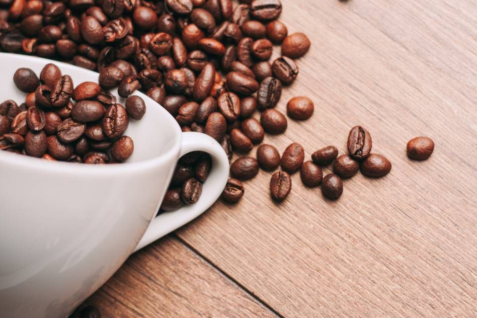 una tazza di caffè e dei chicchi