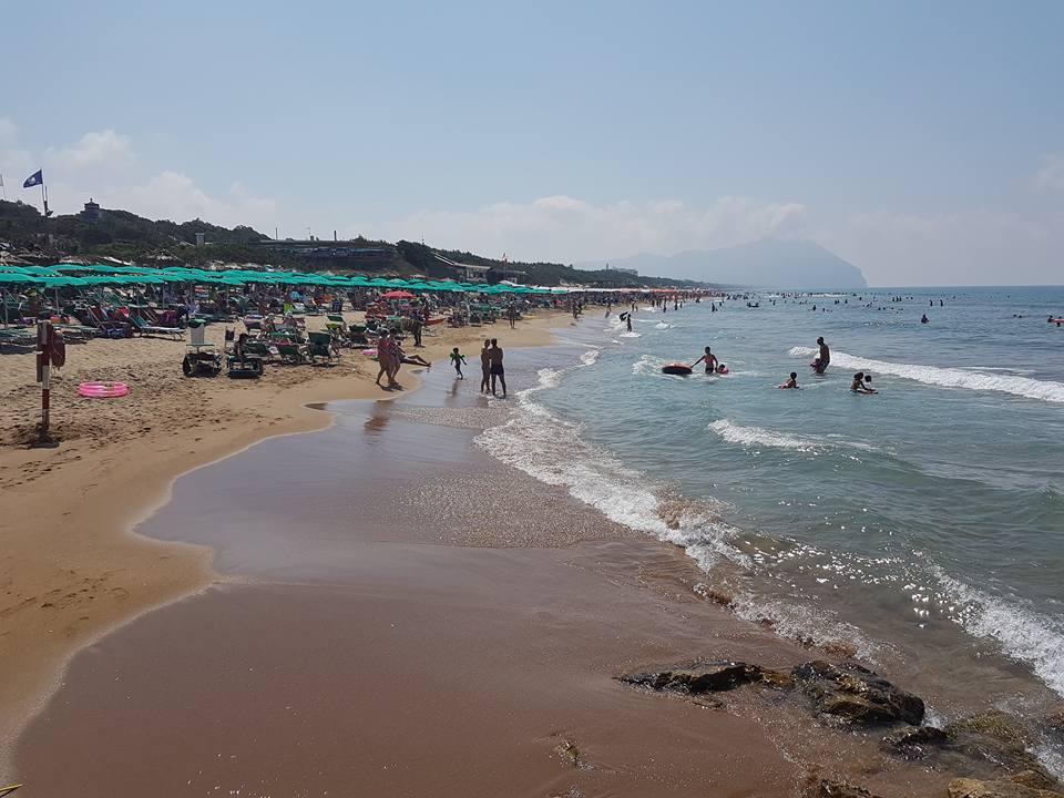 spiaggia di sabbia con bagnanti