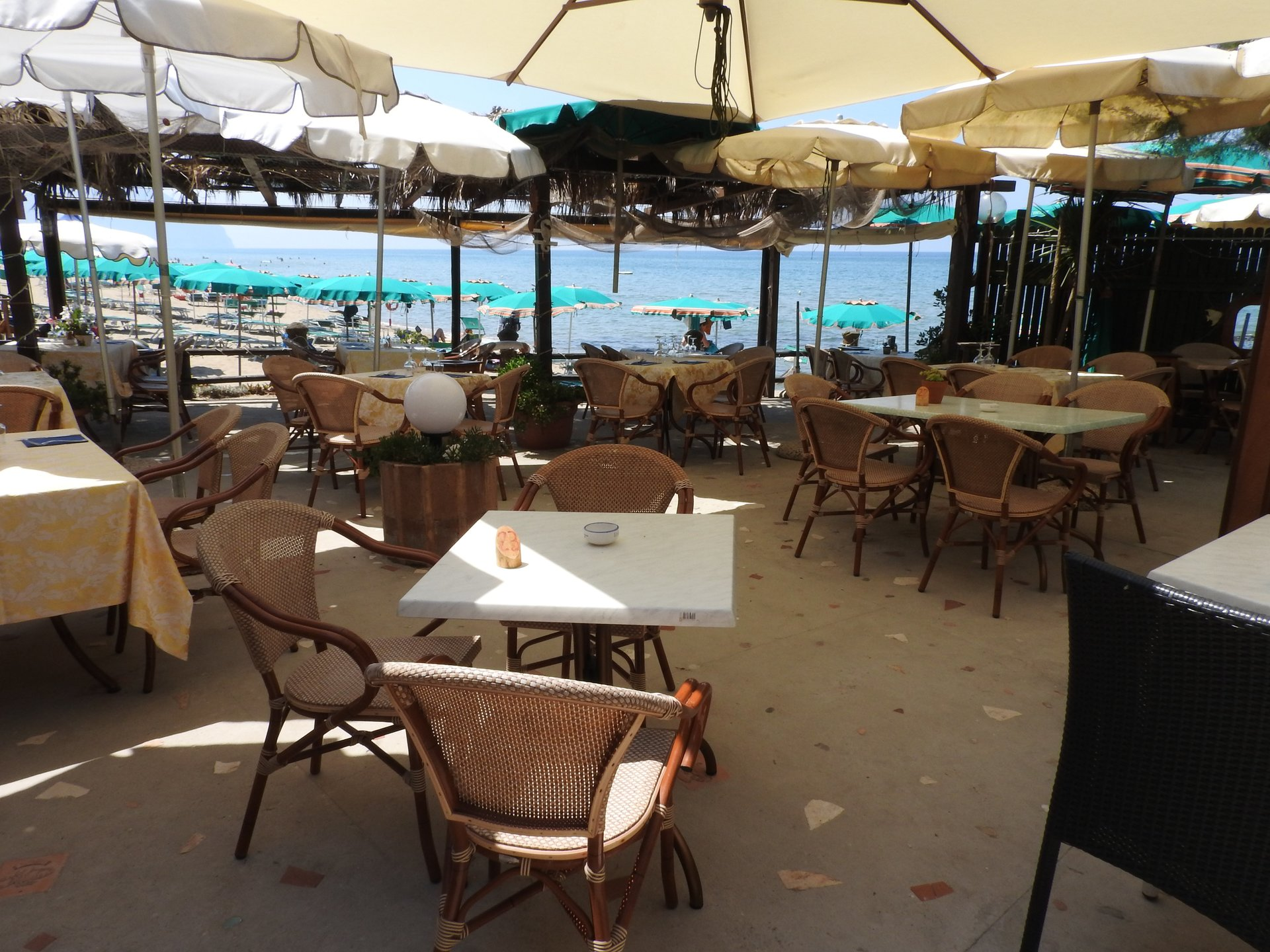 tavolo su terrazza sul mare