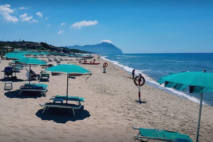 spiaggia con ombrelloni verdi