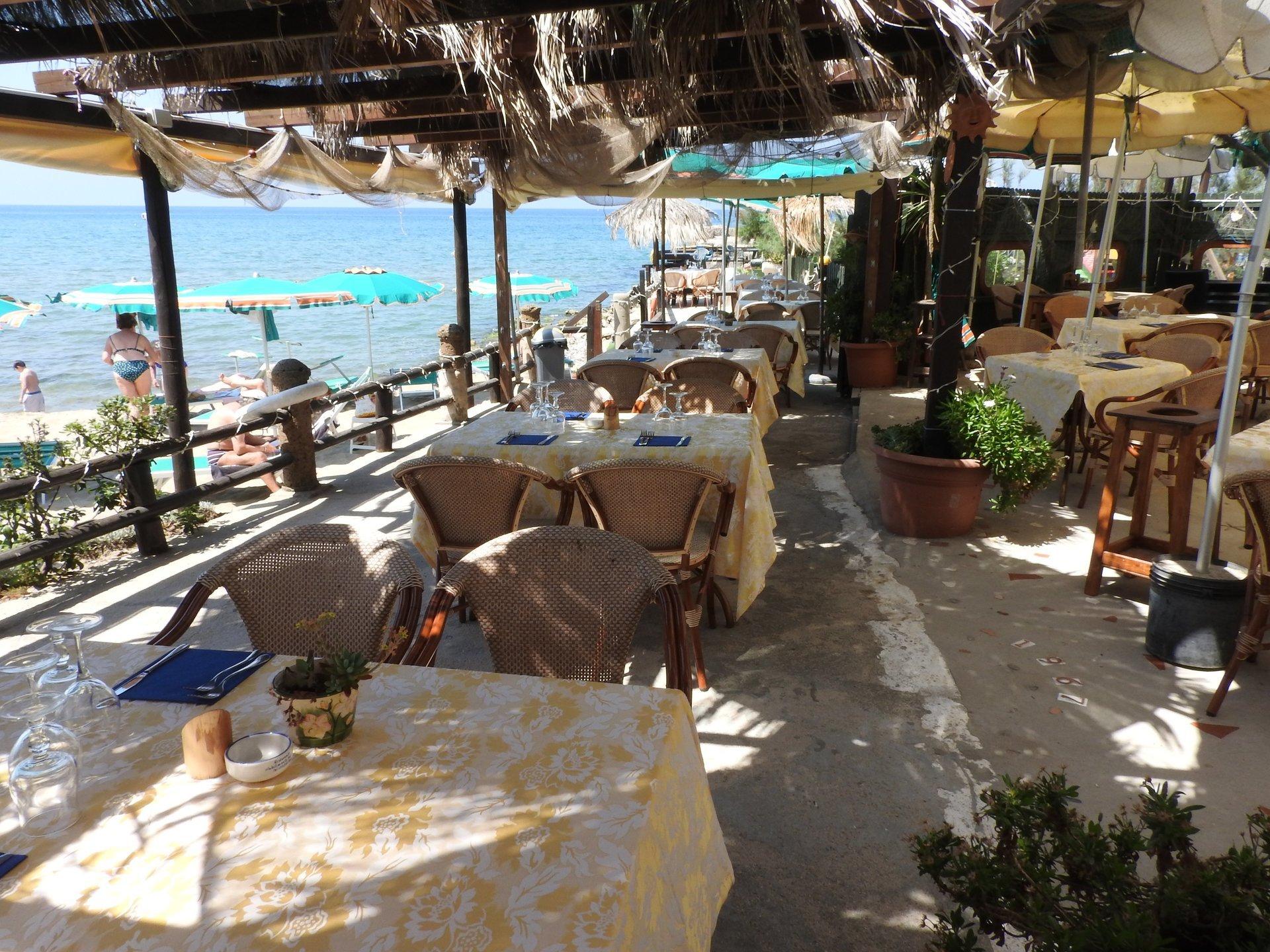 tavoli sulla terrazza sul mare