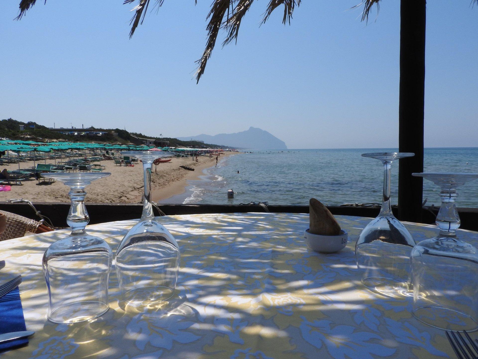 tavola con bicchieri sulla spiaggia