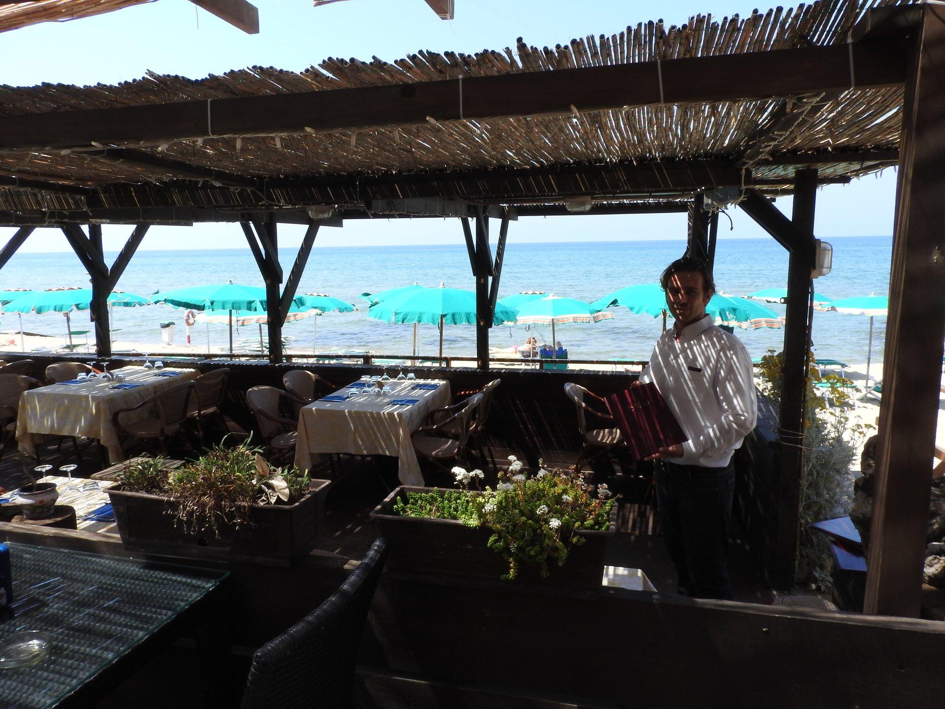 terrazza sul mare con cameriere