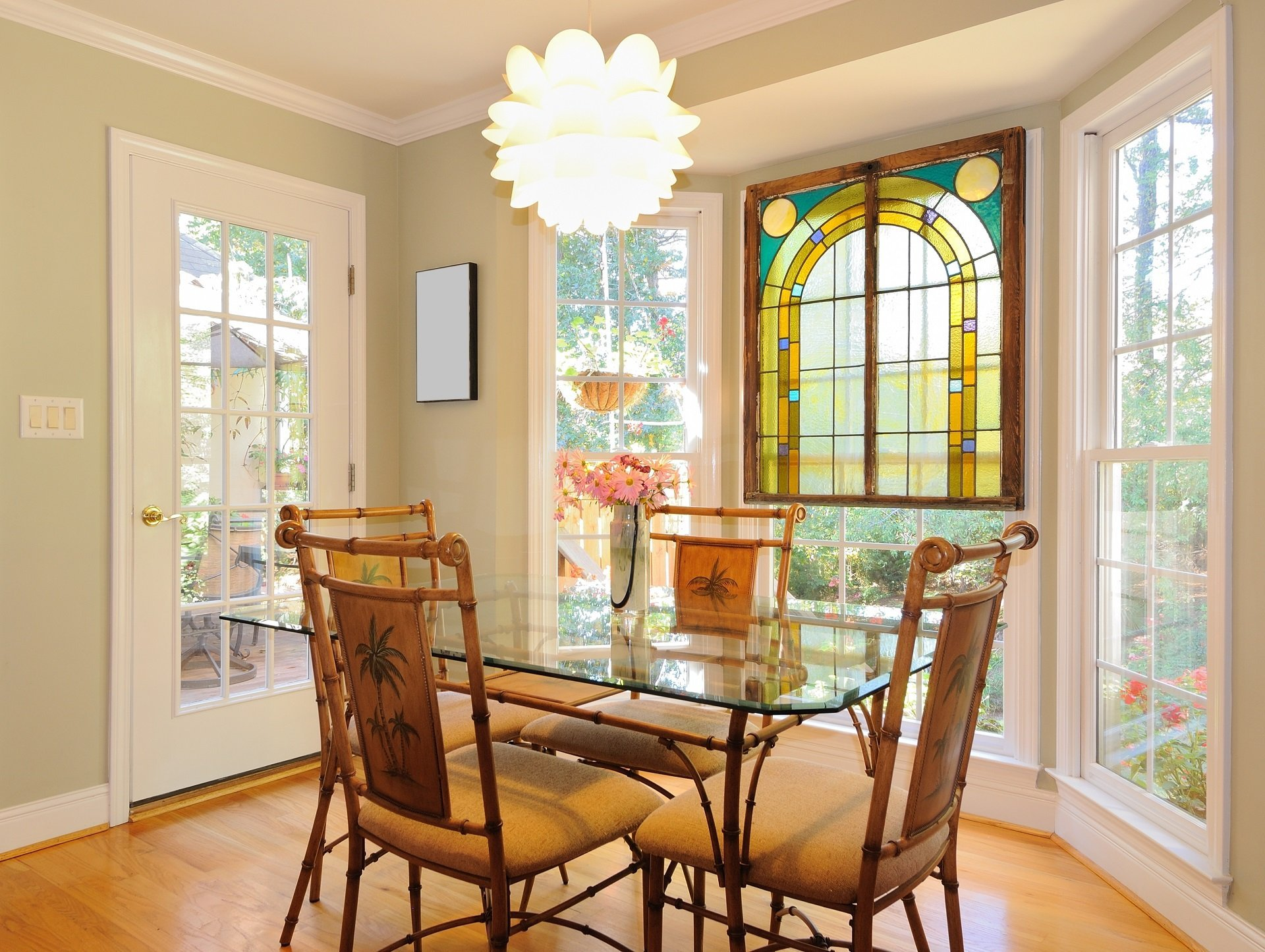 sala con tavolo in vetro